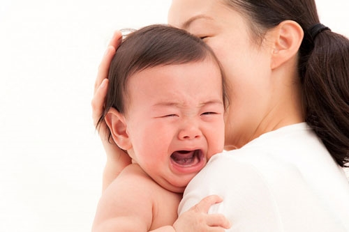 Cách để bảo mẫu dỗ bé khóc