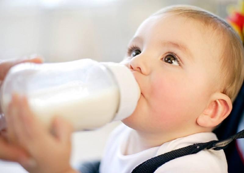 Điều cần tránh khi pha sữa cho em bé