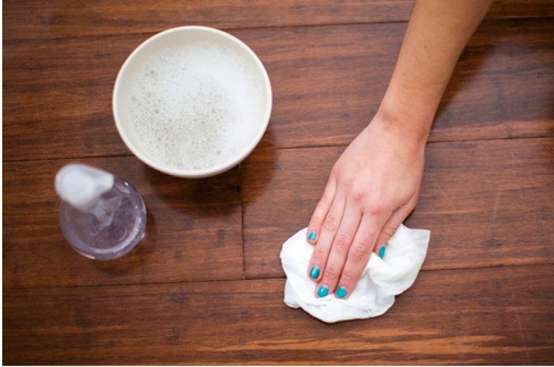 Làm sạch sàn nhà bằng cồn