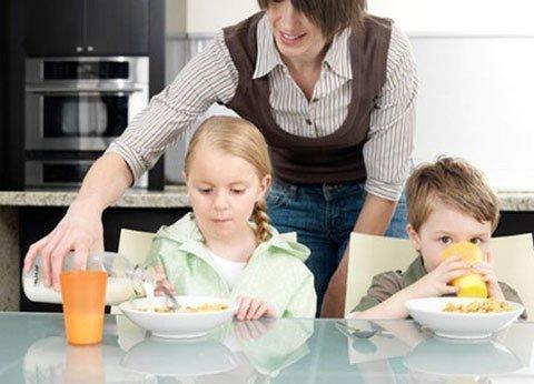 Người giúp việc chăm sóc trẻ nhỏ