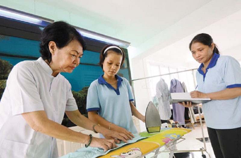 Giúp việc trong bệnh viện luôn là một nghề vất vả