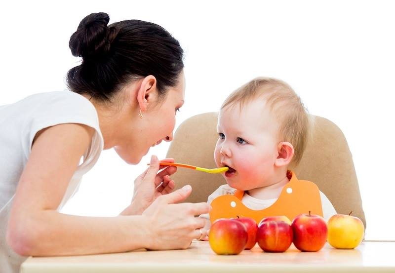 Người giúp việc trông trẻ có kinh nghiệm dỗ trẻ ăn