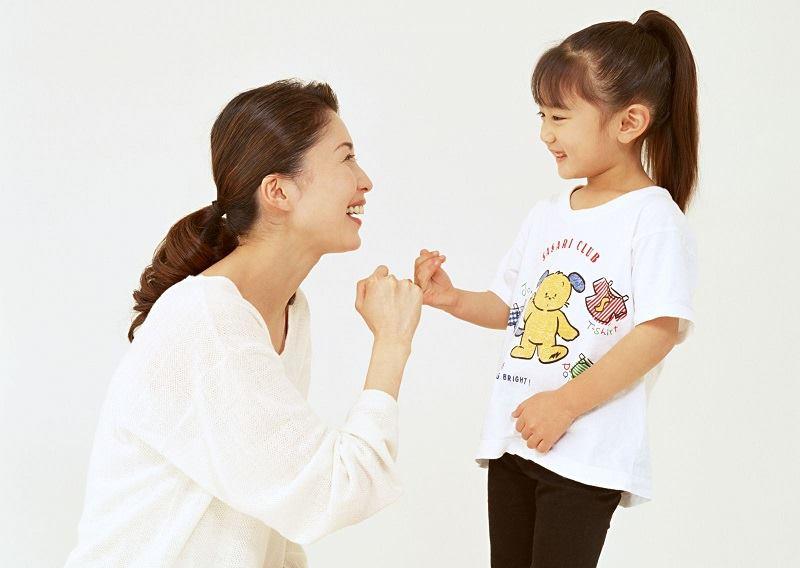 Người trông trẻ vui chơi với bé