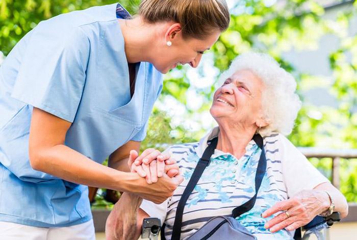 Nhu cầu tìm người giúp việc chăm sóc người già ở Việt Nam ngày càng cao