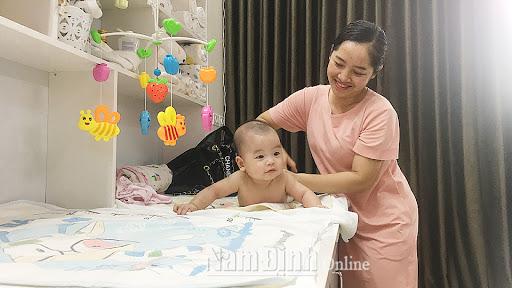 Công việc trông em bé được nhiều chị em lựa chọn vì tình yêu thương con trẻ