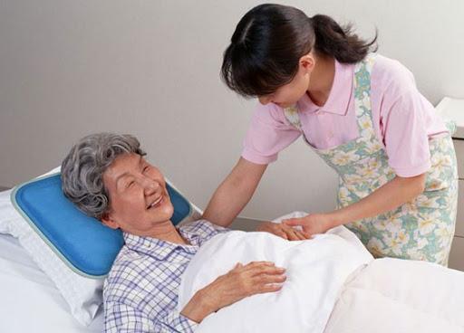 Nhiều gia đình tại Hà Nội cần tìm người giúp việc trông người già tại nhà
