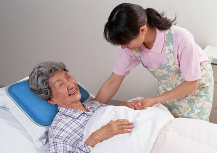 Thuê người giúp việc chăm sóc người già - dịch vụ được nhiều gia đình quan tâm
