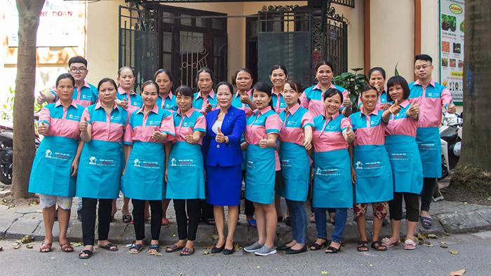 Tập thể lãnh đạo và nhân viên tại Trung tâm giúp việc Hồng Doan