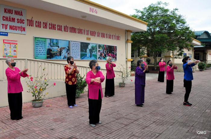 Người già luyện tập thể dục nâng cao sức khỏe trong trung tâm chăm sóc người cao tuổi