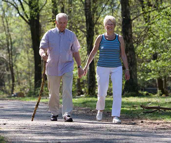 Đi bộ - bài tập vừa phải nhưng giúp người già hạn chế mắc các bệnh tim mạch