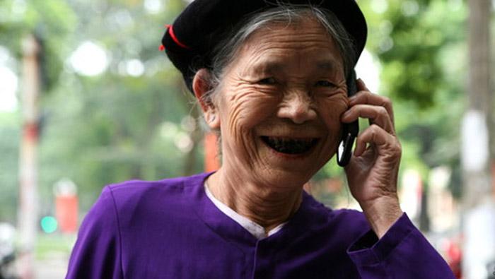 Người già nên sử dụng điện thoại dễ sử dụng