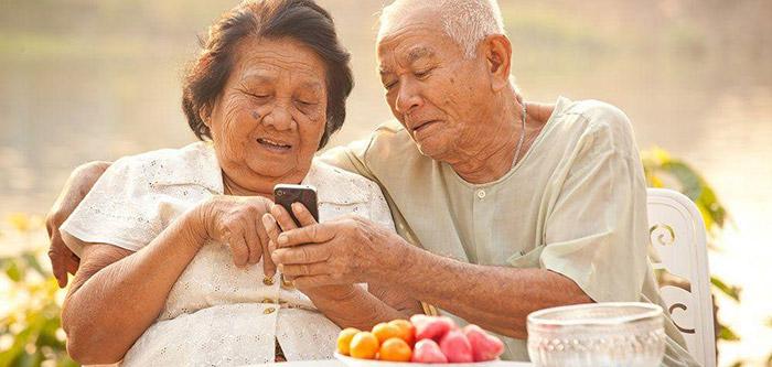 Người già nên sử dụng điện thoại cho đúng cách