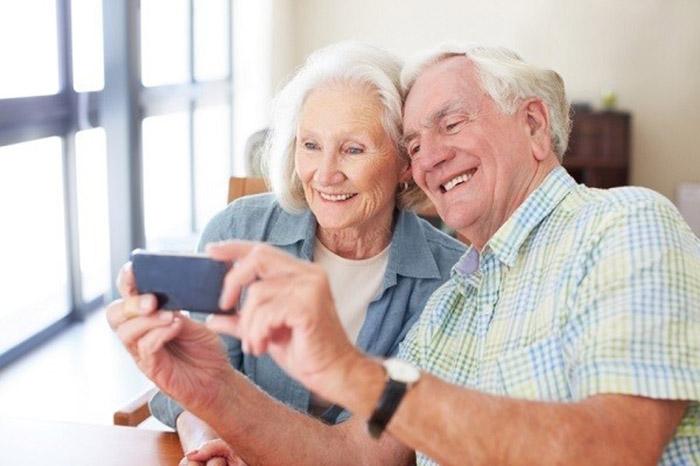 Dùng điện thoại mang lại nhiều lợi ích cho người già