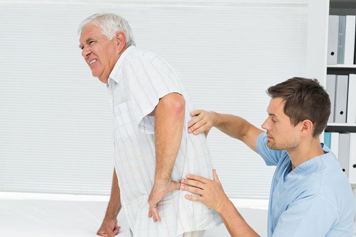 Người bị loãng xương thường hay bị đau lưng