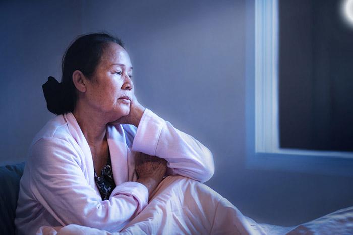Suy nghĩ nhiều cũng là một nguyên nhân dẫn đến chứng mất ngủ ở người già