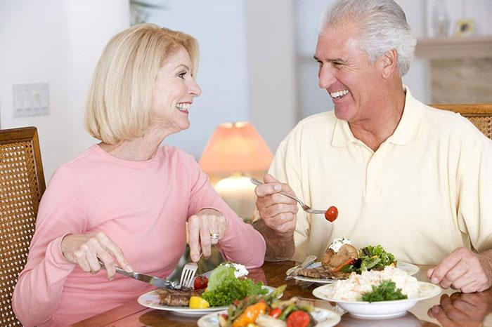 Người già nên chọn những thực phẩm phù hợp để cải thiện sức khỏe