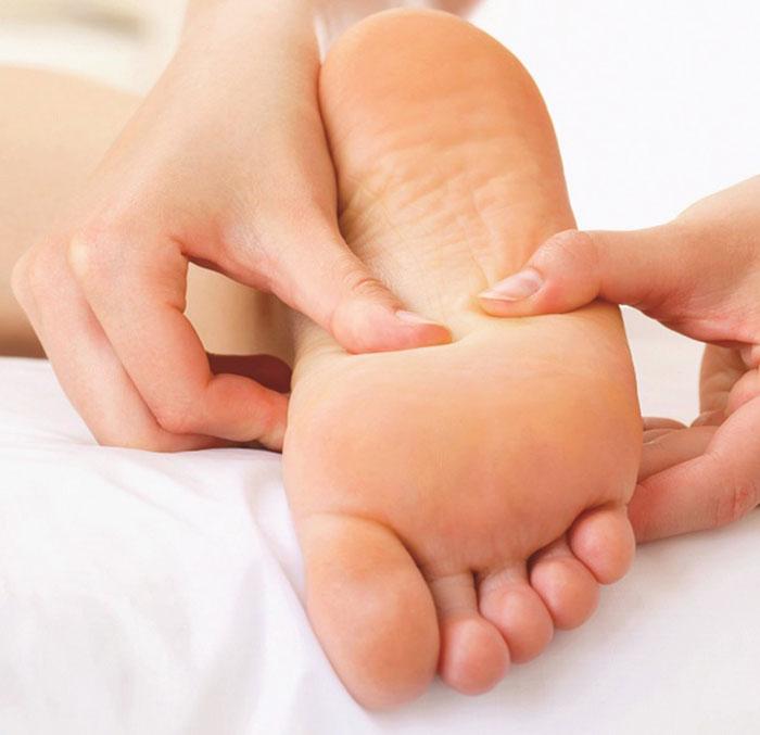 Tham khảo cách xoa bóp bàn chân cho người già