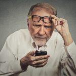Tại sao người già thường phải đeo kính lão?
