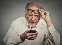 Người già thường phải đeo kính lão