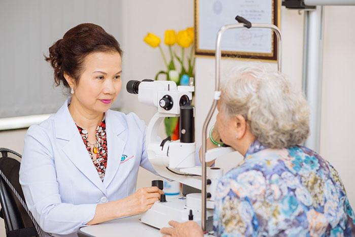 Người già nên khám mắt thường xuyên