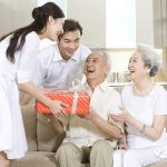 Quà tặng cho người già – văn hóa truyền thống của người Việt