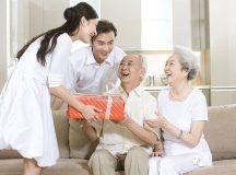 Tặng quà cho người già là nét đẹp truyền thống của người Việt