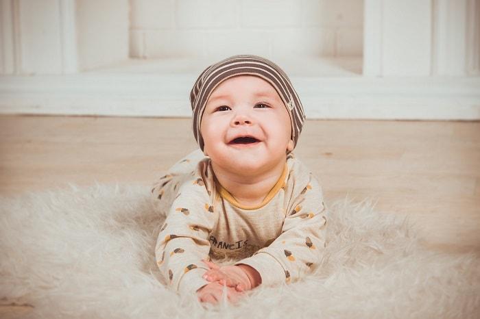 Em bé khoảng 3,4 tháng tuổi sẽ có dấu hiệu biết lật
