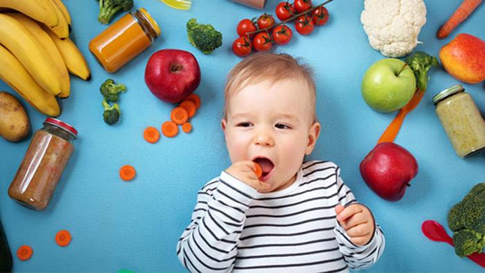 Bố mẹ nên bổ sung đầy đủ dinh dưỡng cho trẻ đặc biệt là vitamin D và canxi