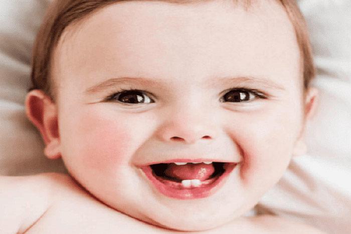 Em bé mọc răng sữa đầu tiên từ tháng thứ 6