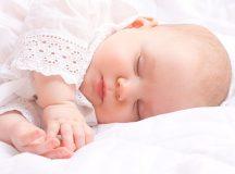 Tình trạng em bé ngủ hay giật mình diễn ra rất phổ biến.