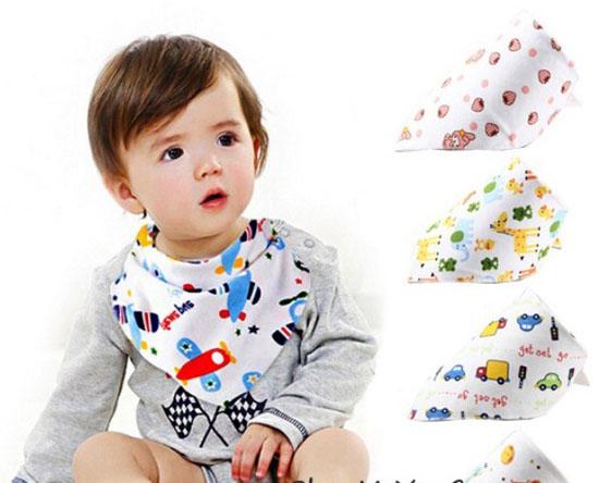 Ngoài tác dụng giữ cho bé luôn sạch sẽ yếm em bé còn được dùng như một khăn quàng cổ giúp giữ ấm cho bé