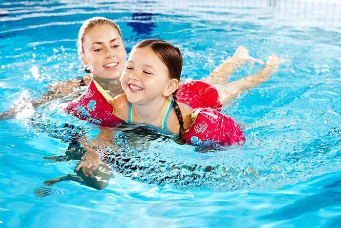 Bơi lội là bộ môn rèn luyện sải chân, sải tay tốt nhất cho trẻ