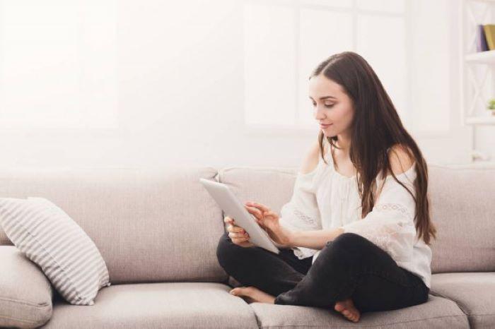 Thật tiện lợi khi chỉ cần ngồi ở nhà với chiếc điện thoại thông minh, đăng lên các trang mạng xã hội tìm người giúp việc là bạn có thể nhận được những bình luận, tin nhắn hay cuộc gọi hỏi việc.