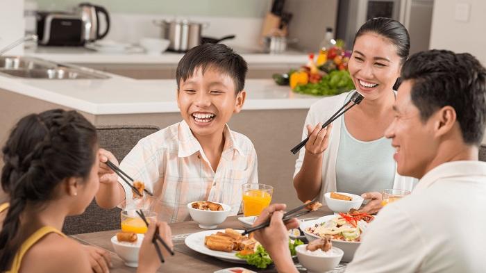 Thuê một người giúp việc nấu ăn sẽ giúp gia đình bạn có những bữa cơm đầm ấm, kéo gần tất cả các thành viên trong gia đình sau một ngày dài học tập và làm việc.