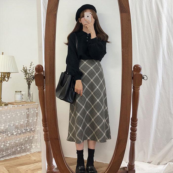 Áo thun kèm chân váy caro mang đến năng lượng tích cực cho mọi người