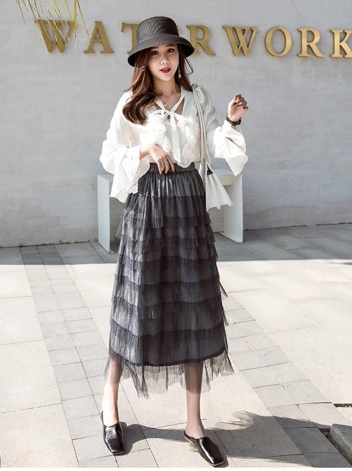 Chân váy dài quan gối kết hợp với sơ mi trắng giúp cơ thể trở nên ngập tràn năng lượng