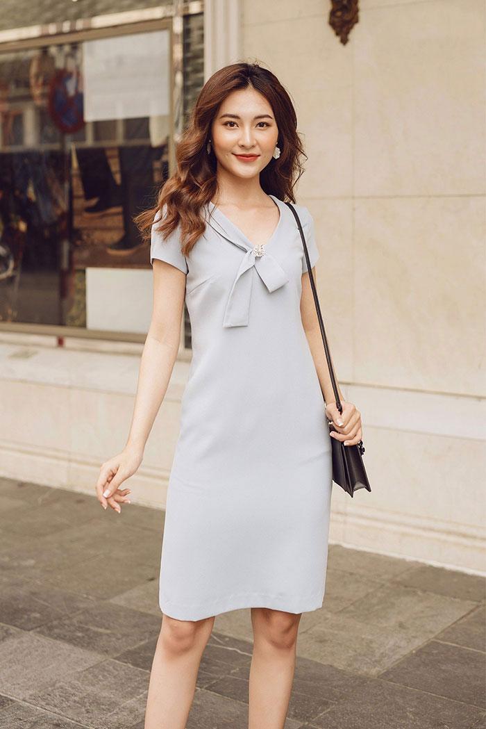 Đầm dáng suông với màu sắc tươi sáng nhã nhẵn giúp người mặc xinh xắn, đáng yêu