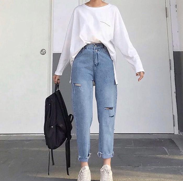 Baggy jeans phối hợp với sơ mi trắng là ý tưởng độc đáo